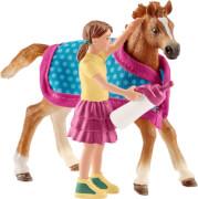 Schleich Horse Club - 42361 Englisches Vollblut Fohlen mit Decke und Figur, ab 3 Jahre